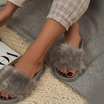 Iti place sa sochezi? Ce zici de niste sandale sau papuci cu blanita?