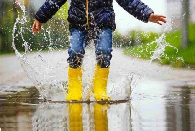 Cu cizme de cauciuc ploaia devine o joaca de copil